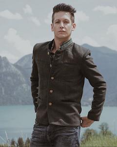 Simon aus Österreich genießt die Natur in Almbock Tracht