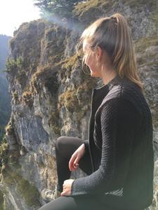 Katharina mit Blick fürs Wesentliche - nämlich Ihre neue Almbockstrickjacke